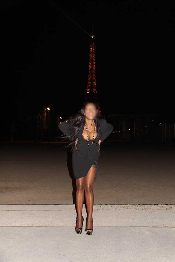 Exhibition sexy de Naomi au pied de la tour Eiffel