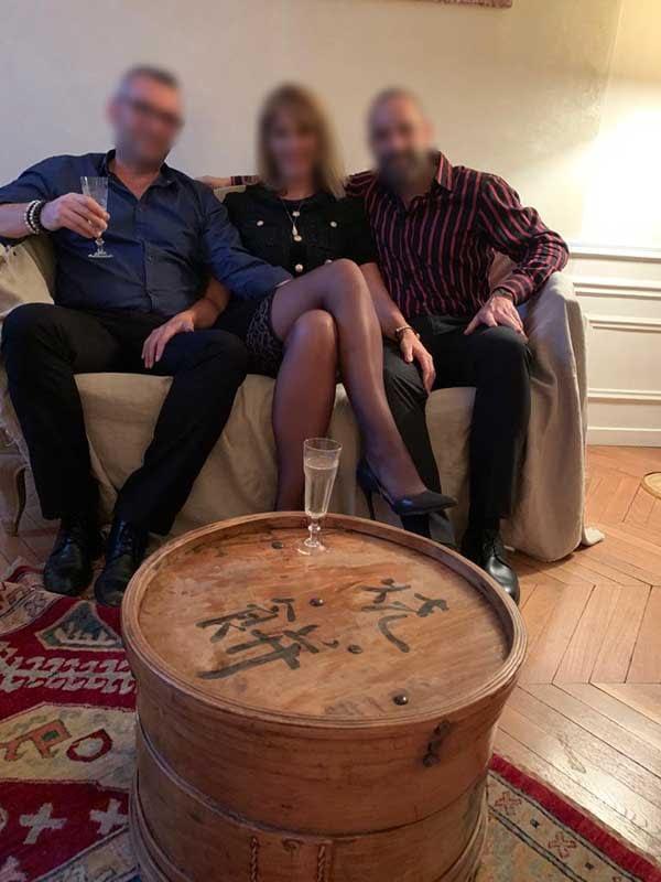 La bourgeoise salope entourée de deux messieurs