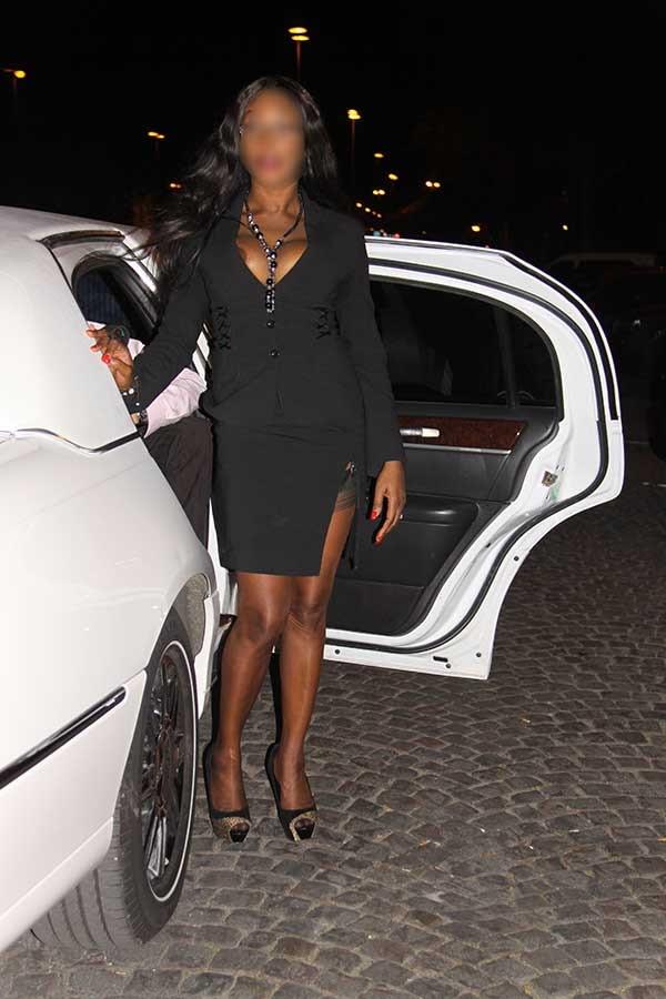 Exhibition sexy de Naomi en limousine