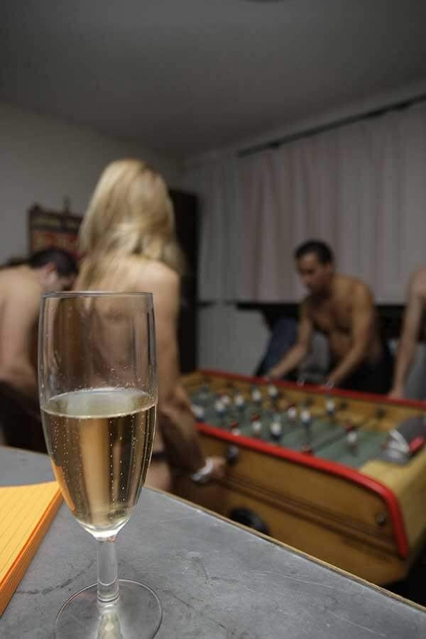 Le jeu de rôle sexuel laisse sa place au gang bang