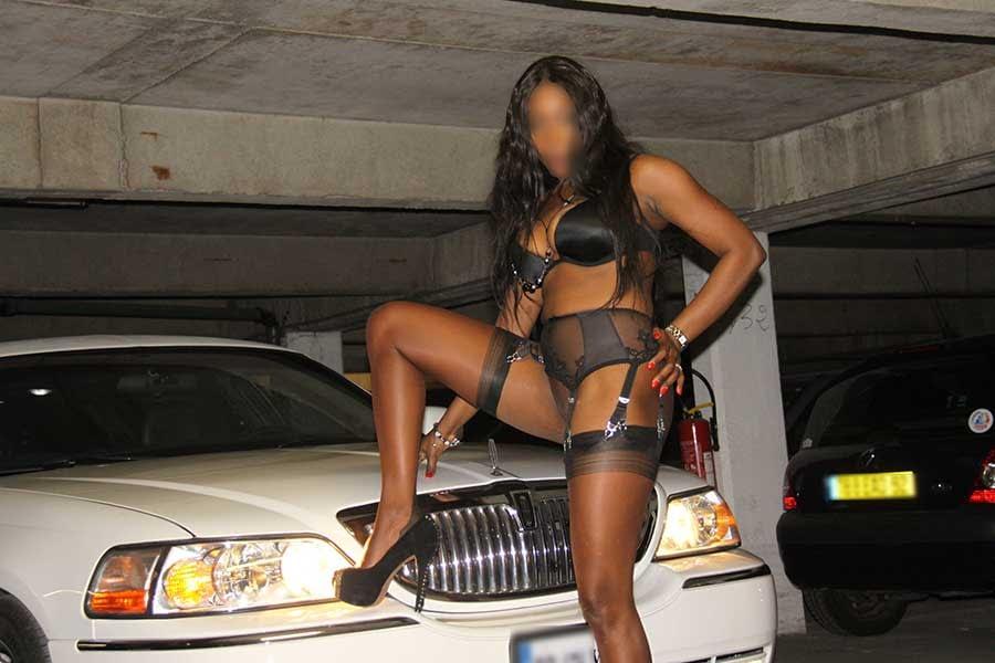 un gang bang en limousine en plein Paris